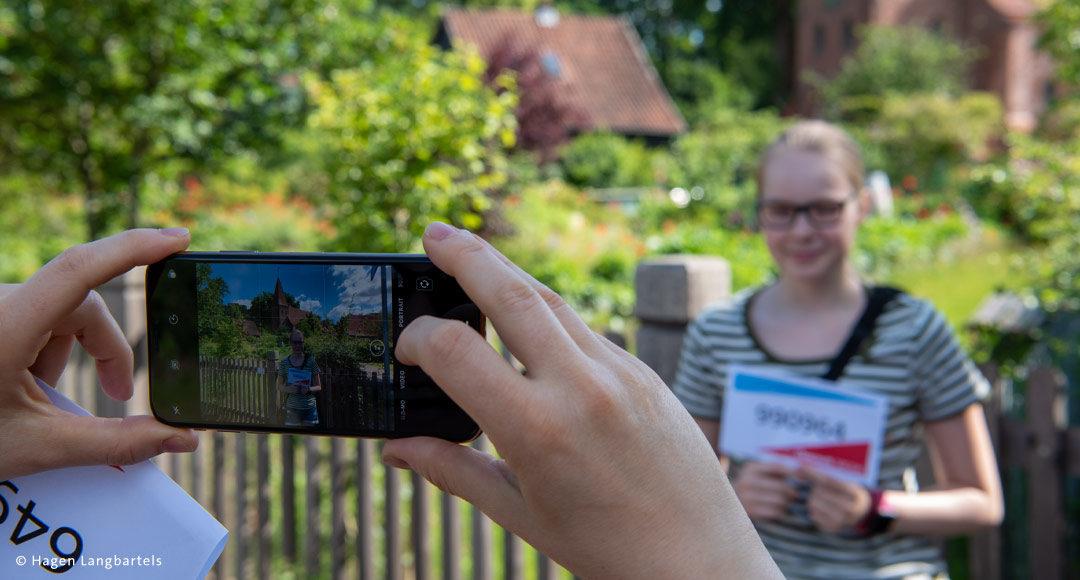 ein Foto mit einem Smartphone wird von einem Teenager gemacht
