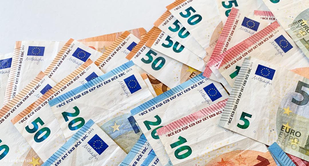 5, 10, 20 und 50 Euroscheine auf weißer Fläche